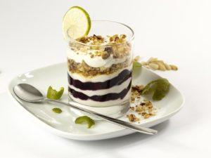 desserts gâteau au chocolat avec une assiette blanche et une cuillère